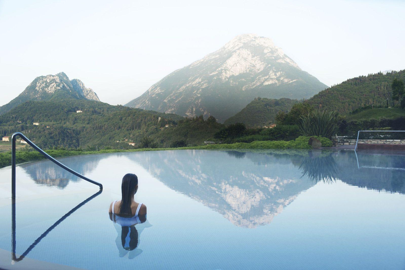 Vista sul Monte Pizzoccolo dalla piscina interna ed esterna di Lefay Resort & SPA Lago di Garda